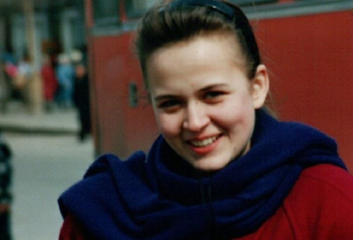 <br>Искренняя женская улыбка, запечатленная германским туристом среди городской суеты.