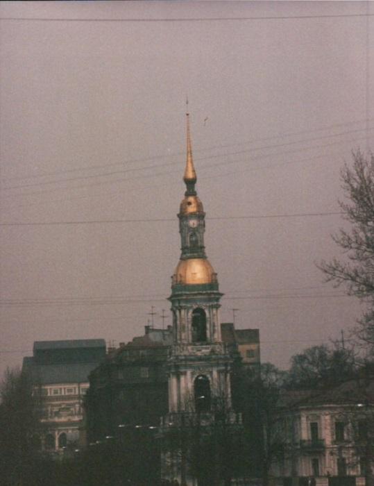 Красивое архитектурное сооружение с золотым куполом, выделяющимся на фоне серого неба, привлекло внимание гостя из Германии.