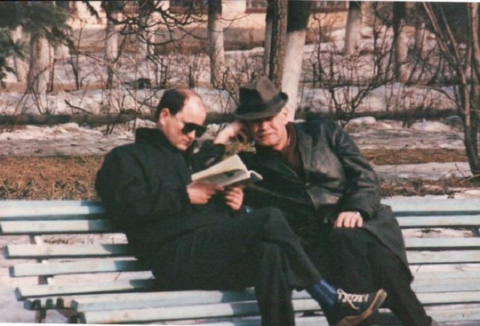 Мужчины, которые похожи на агентов КГБ, коротают время в парке за чтением и обсуждением прочитанной литературы.