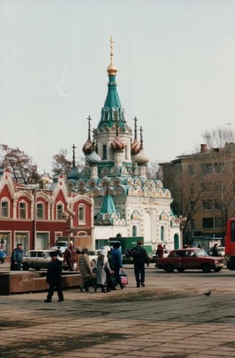 Православная церковь с несколькими раскрашенными куполами не могла не привлечь внимания среди мартовской серости.