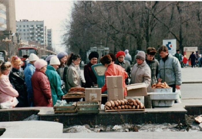 Прямо на улицах города бойкие продавцы успешно торговали жареными пирожками и свежим хлебом.