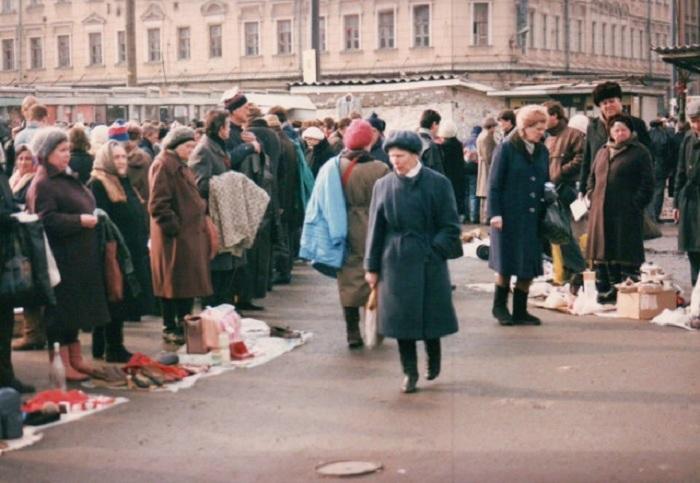 Бабушки-торговки с выставленными на продажу «домашними» вещами – настоящий российский секонд-хенд.