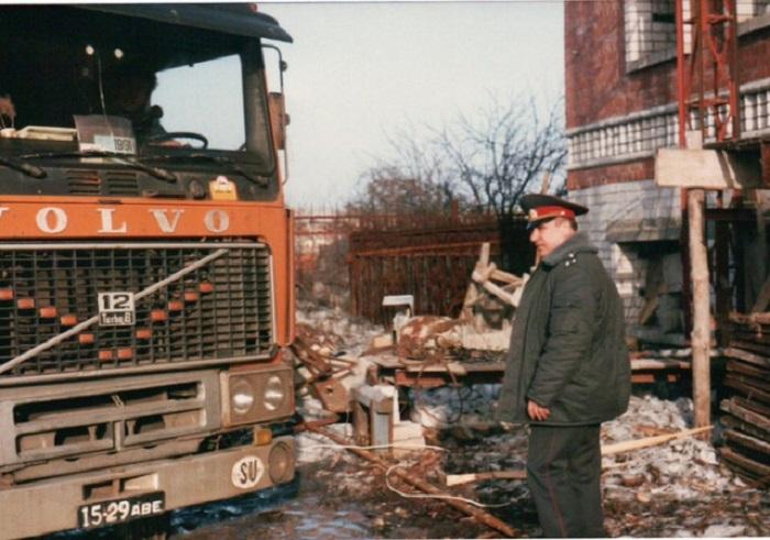 Представитель правоохранительных органов России, которого что-то заинтересовало на строительной площадке.