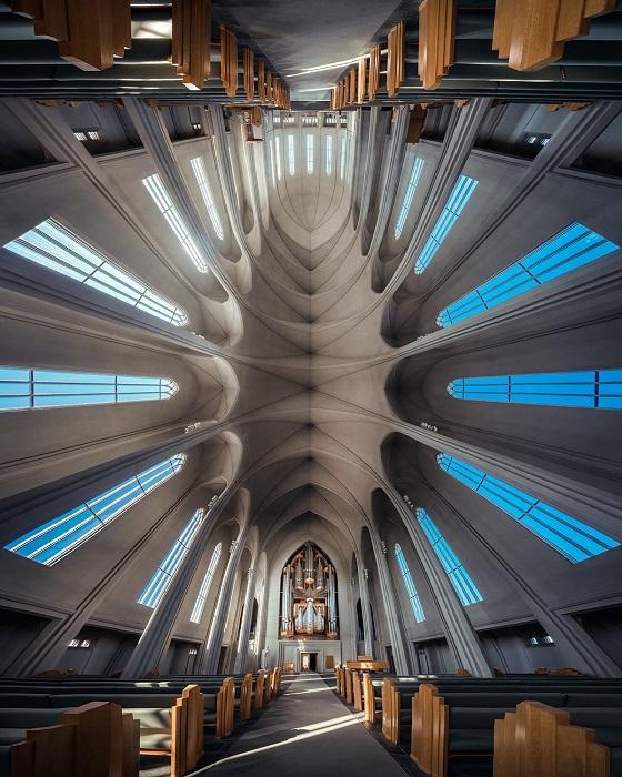 Лютеранскую церковь Хадльгримскиркья видно практически из любой точки Рейкьявика, а внутренний интерьер отличается особой аскетичностью.