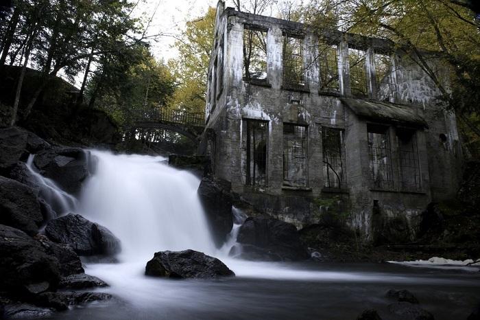 Заброшенная мельница привлекает внимание любителей историй о привидениях.