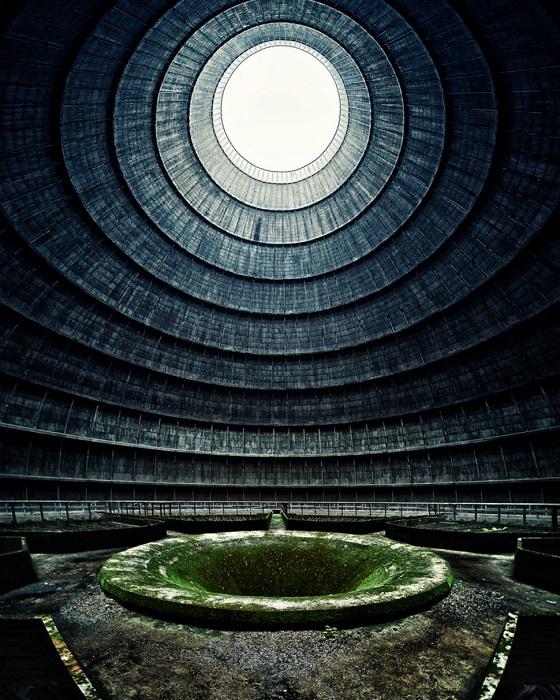 Огромная охладительная башня для воды на старой заброшенной электростанции.