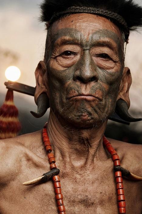 Житель племени коньяк, которого называют охотником за головами.