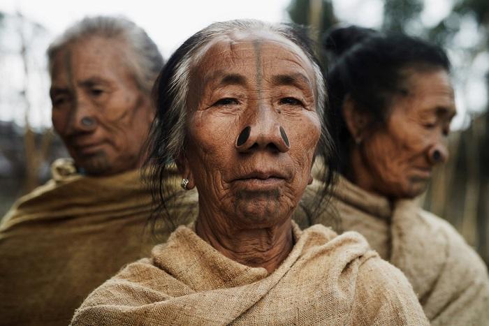 Народ этого племени проживает в северо-восточной Индии и имеет несколько названий: нисю или тани.