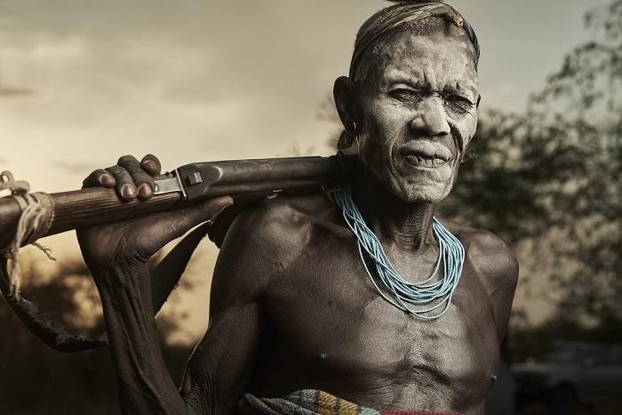 В обязанности мужчины племени мурси входит следить за животными и охранять деревни, в случае межплеменных конфликтных ситуаций.