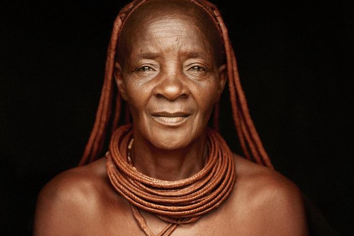 Женщина с длинными наращёнными «дредами», которые приняты от отца семейства.
