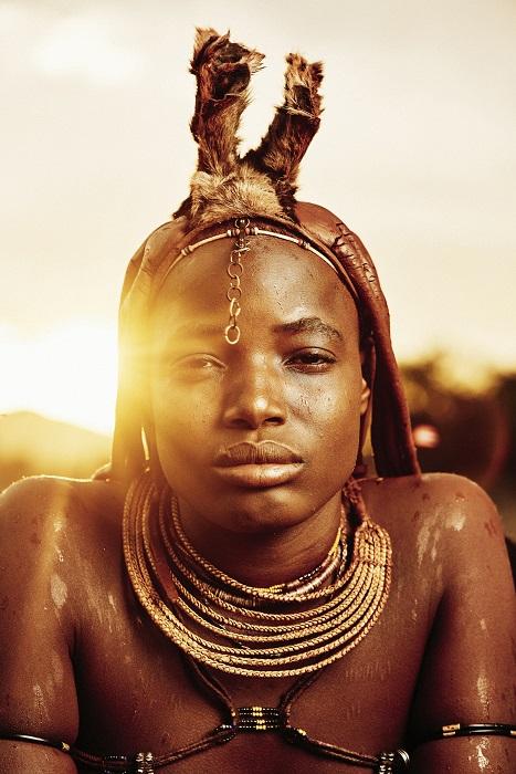 Каждая уважающая себя женщина-химба ранним утром наносит красную краску на тело и украшает себя ожерельями из кожи, железа или латуни, которые они делают своими собственными руками.