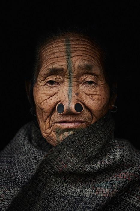 Отличительной особенностью женщин апатани считается пробки в носах и татуировки, нанесенные вдоль лица.