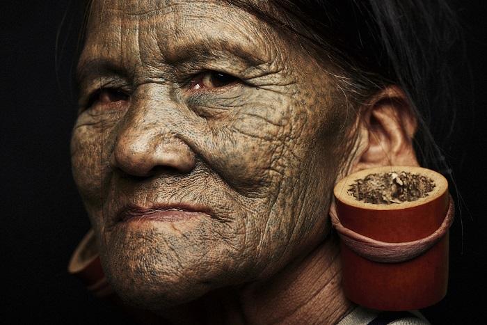 Татуировки женщинам этого племени перестали наносить 40-50 лет назад.