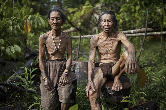 Муж и жена - коренные жители архипелага Ментаваи.