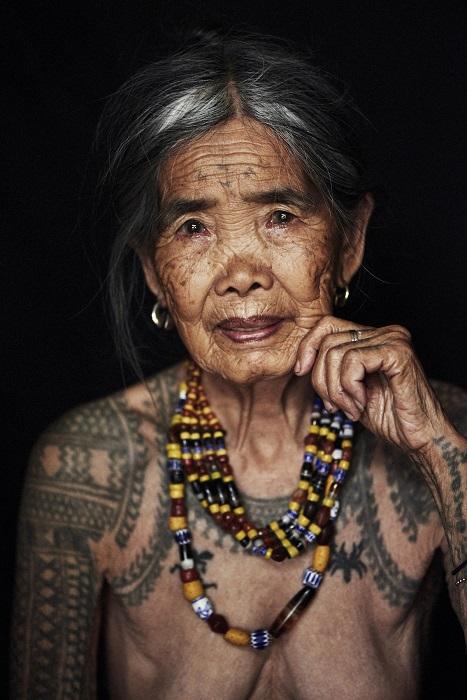 Женщина народности калинга в татуировках по всему телу, которые свидетельствуют о принадлежности к определенному племени.