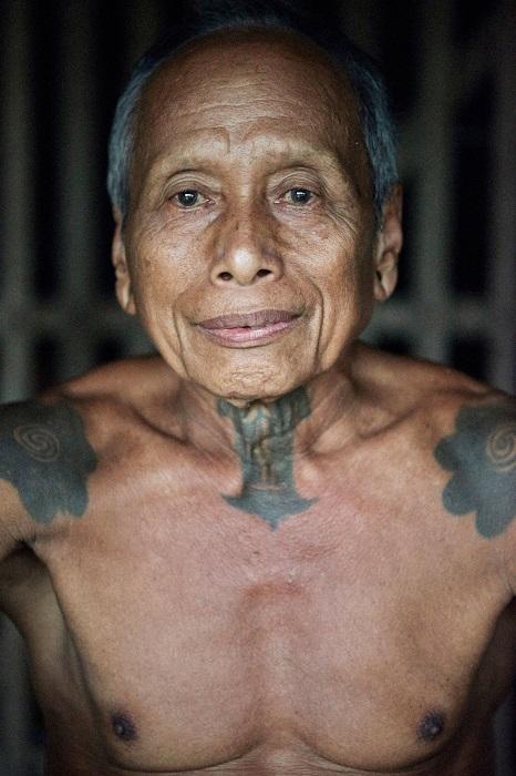 Татуировки украшают тело пожилого воина.