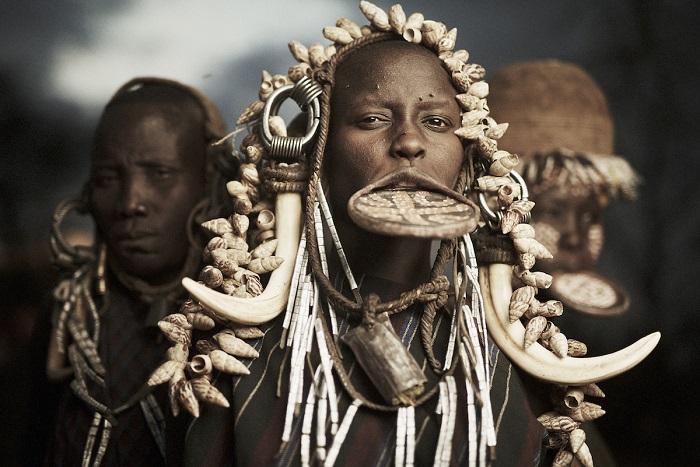 Мурсийская женщина, у которой в нижнюю губу вставлена глиняная тарелка.