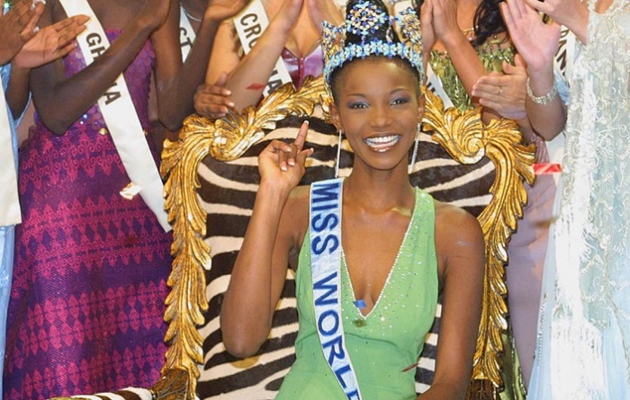 Нигерийская модель, участница конкурсов красоты, стала первой в мире африканской чернокожей «Мисс Мира» в 2001 году.