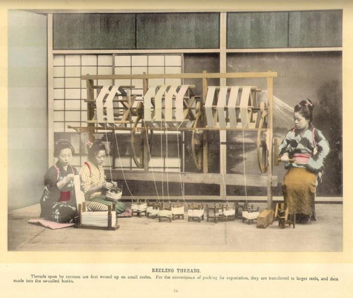 Японские женщины во время работы.