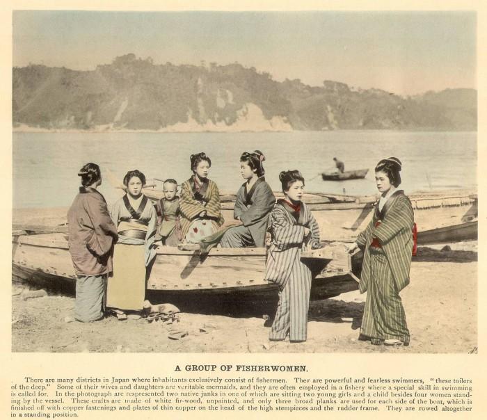 Женщины, ожидающие своих мужей на берегу с рыбалки.