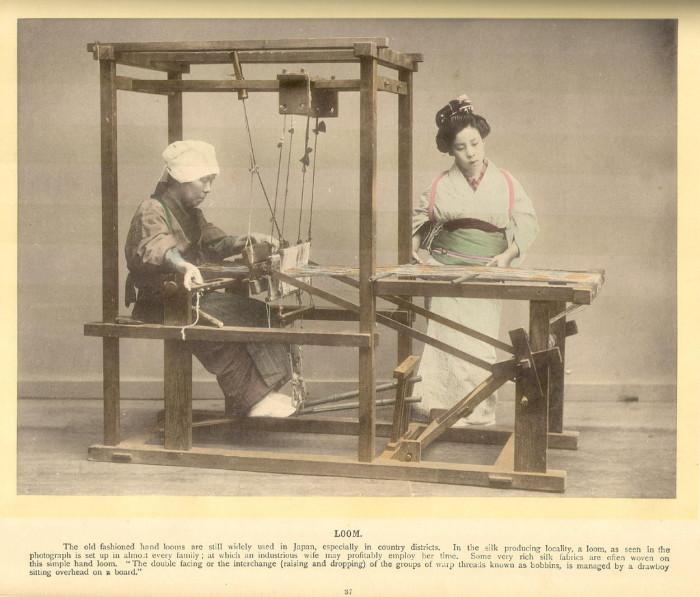 Женщины за работой на ткацком станке.