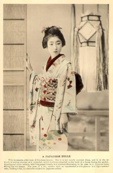 Девушка в традиционном одеянии.