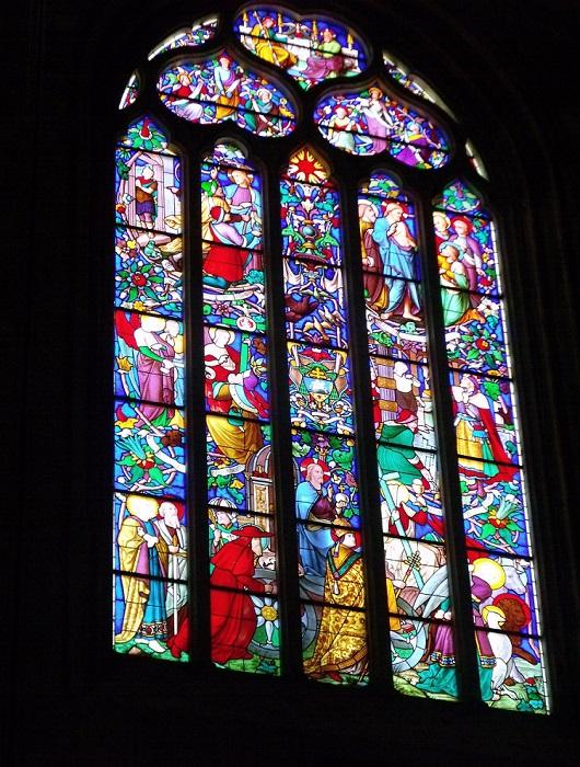 Витраж абсида, датируемый 1854 годом, изображает сцену Крещения Иисуса Христа.