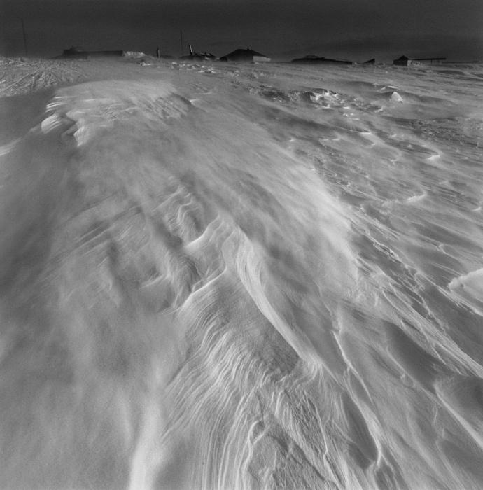 Ветер разносит только выпавший снег, Тунунак, Аляска, 1975 год.
