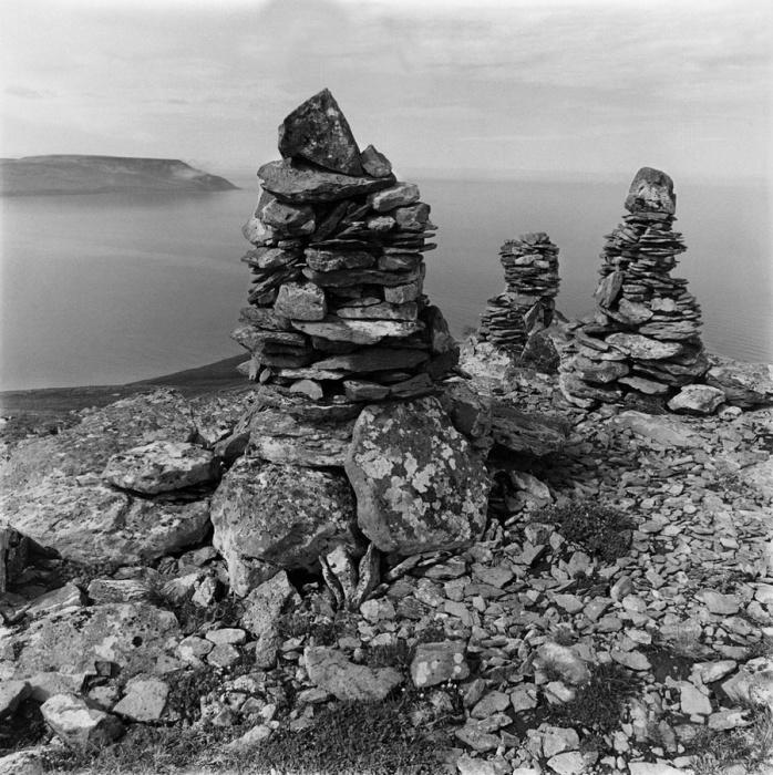 Необычные стелы на вершине холма, Тунунак, Аляска, 1977 год.