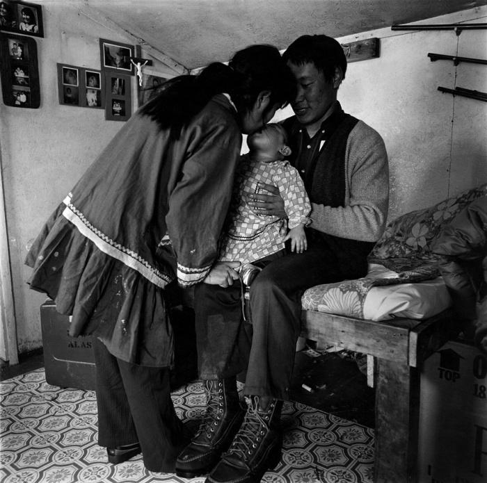 Малыш окруженный заботой родителей, Ньюток, Аляска, 1976 год.