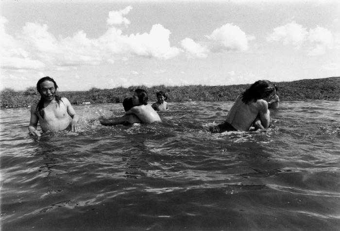 Очень редко температура воздуха летом поднимается достаточно высоко, чтобы появилась возможность искупаться в водоеме, Ньюток, Аляска, 1977 год.