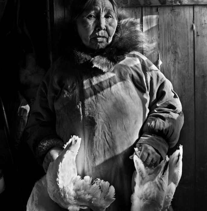 Женщина будет готовить ужин для семьи, Шунгнак, Аляска, 1974 год.