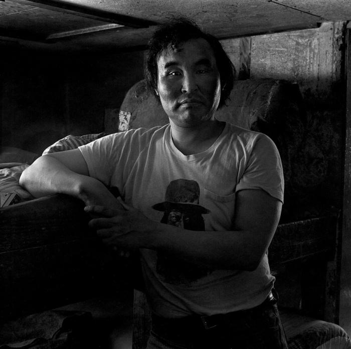 Мужчина позирует перед камерой фотографа Алекса Харриса (Alex Harris). Тунунак, Аляска, апрель 1976 год.