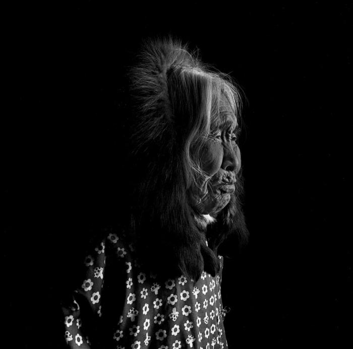 Лиззи Ли сфотографирована в профиль. Шунгнак, Аляска, апрель 1974 год.