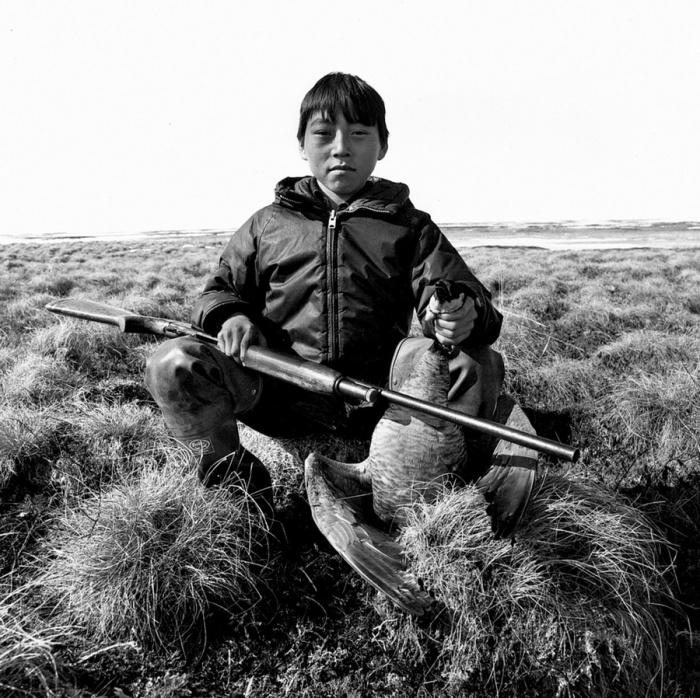 Охота для эскимоса – способ выживания, поэтому обучение проходило с детства.  Ньюток, Аляска, май 1976 год.