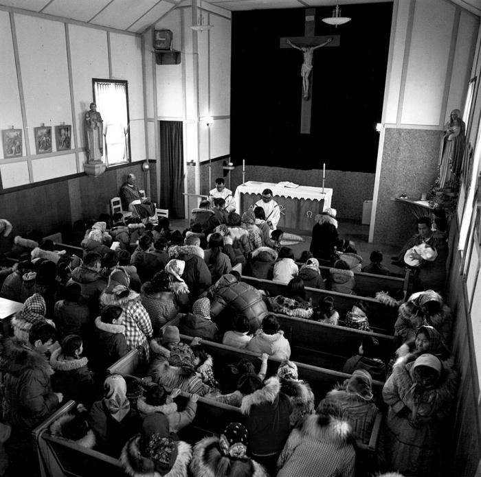 Служба в церкви проводится по воскресным дням. Тунунак, Аляска, апрель 1976 год.