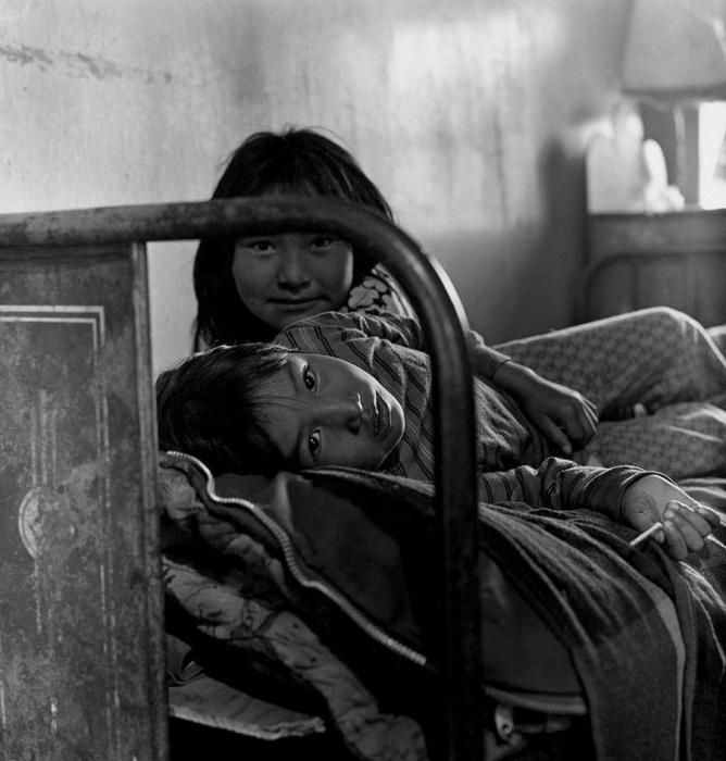 В ожидании родителей. Шунгнак, Аляска, октябрь 1973 год.