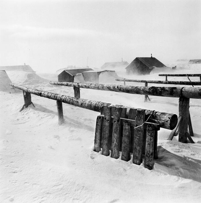 На улице холодно настолько, что из дома лучше не высовываться. Тунунак, Аляска, апрель 1975 год.