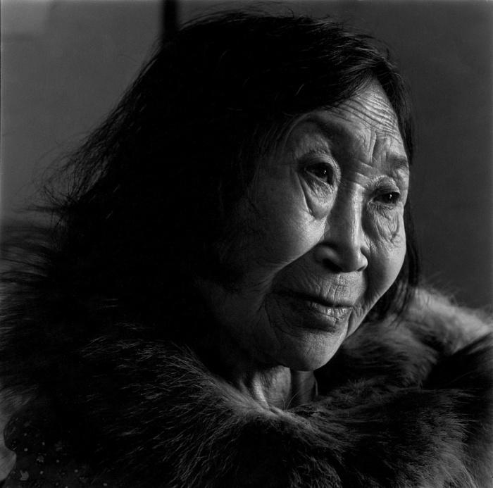 Лицо эскимоской женщины испещрено морщинами. Тунунак, Аляска, апрель 1976 год.