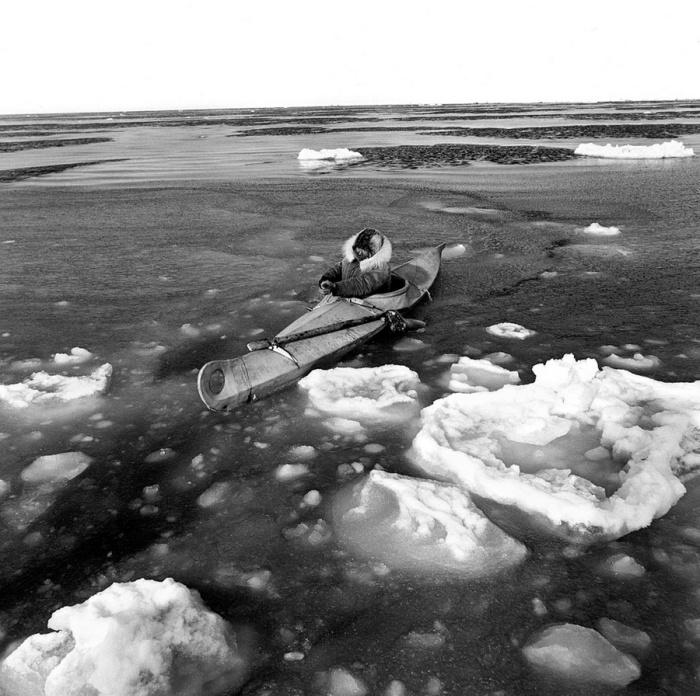 Охотничья лодка перетянутая кожей. Берингово море, Тунунак, Аляска, апрель 1975 год.