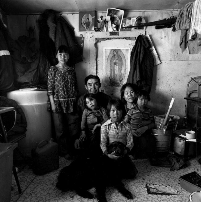 Черно-белая фотография большого семейства. Тунунак, Аляска, май 1976  год.