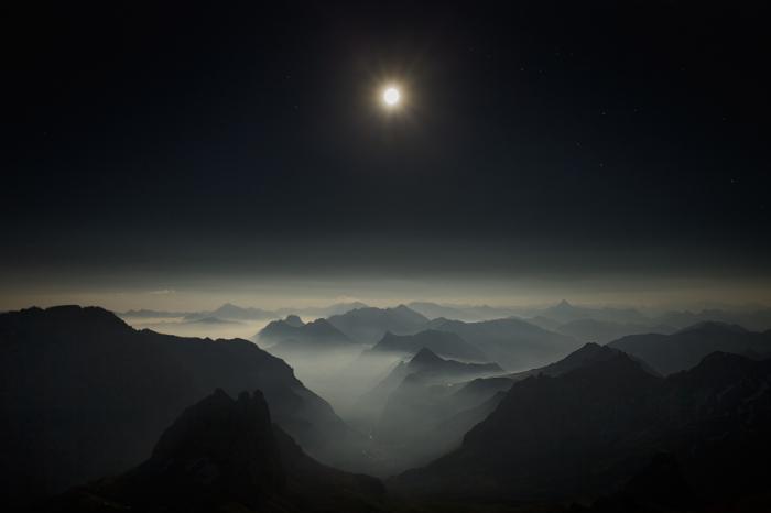 Глядя на туманы вокруг горных вершин, освещенные бледным светом полной луны, так просто поверить в существование далеких планет, затерянных среди множества звезд.