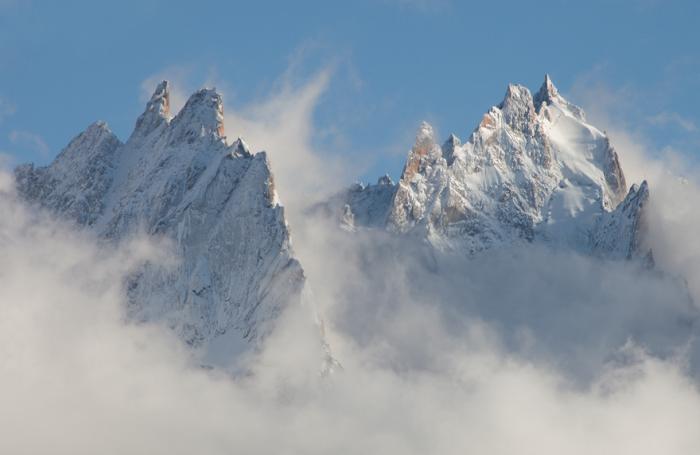 Часть Монбланского массива, освобожденная от густых облаков сильным ветром перед закатом солнца, очень похожа на покрытые изморозью спины огромных спящих доисторических ящеров.
