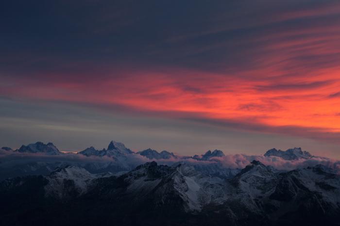 Лучи заходящего солнца, сосредоточенные на огромной массе облаков, создали видимость разрушительного пламени – небо планеты, которая находятся слишком близко к Солнцу.