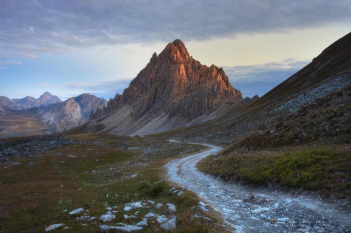 Раннее утро, каменистая горная дорога и прекрасный вид на Рокка-ла-Меджа (2281 метра), позолоченную первыми лучами восходящего солнца.