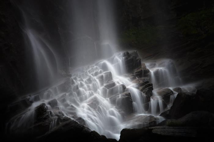 Часть водопада, расположенного в Национальном парке Гран Парадизо, напоминает об очень полезном навыке, столь необходимом в горах, - адаптации к местности и атмосферному давлению.