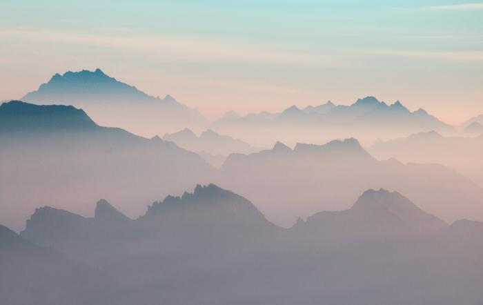 Далекие долины и острые хребты гор, окутанные эфемерным светом перед восходом солнца, кажутся погруженными в свои непостижимые мистические сны.