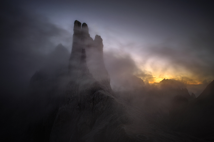 Величественные башни Вайолет, окутанные мистическим туманом, кажутся рукой какого-то волшебного создания, что пытается освободиться из недр цепких гор.