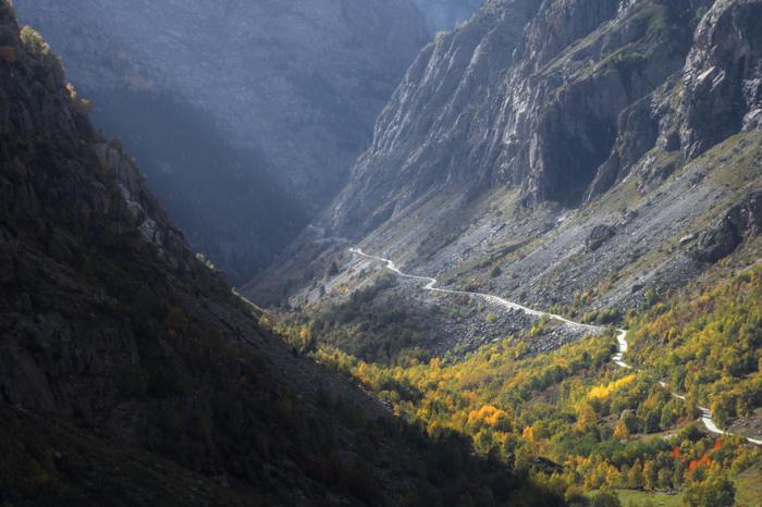 Дорога D530, бегущая вдоль одетой в осенний наряд долины Венеон, во Франции.