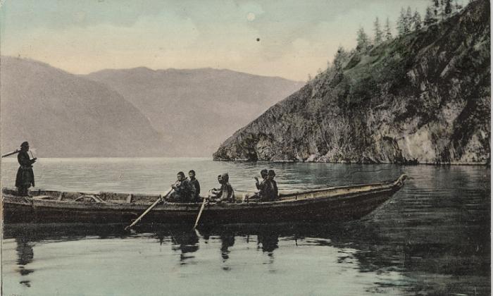 Лодка на Телецком озере, Алтайский край.
